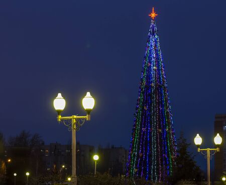 view of the square with a Christmas tree in Russia. Imagens