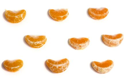 tangerine slices on a white background lined with rows. Stockfoto