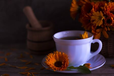 A Cup of healthy tea from the flowers of the useful herb calendula. Imagens