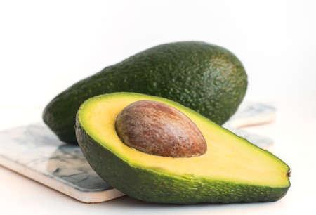 green delicious avocado cut lengthwise with a bone 免版税图像