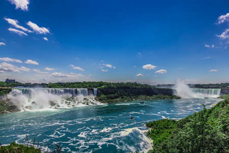 The view of the Niagra falls from the canadian side on a beautiful sunny day in Ontario, Canada. 新聞圖片