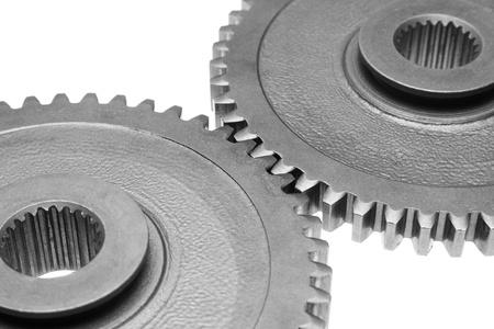 Twee metalen tandwielen met elkaar verbonden op een witte achtergrond. Stockfoto