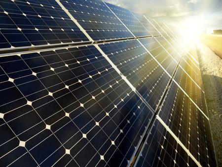 paneles solares: Planta de energía utilizando la energía solar renovable con el sol