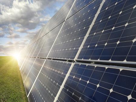 Centrale elettrica utilizzando l'energia solare rinnovabile Archivio Fotografico - 50234170