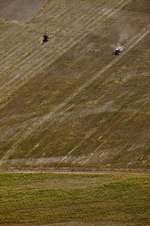 arando: Vista a�rea tractor arando el campo agr�cola