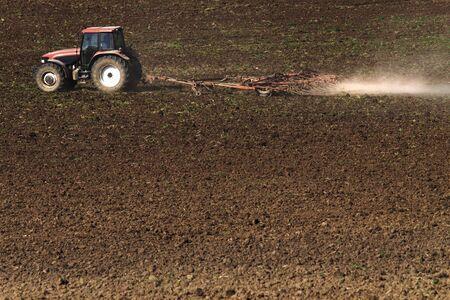 arando: Tractor arando el campo