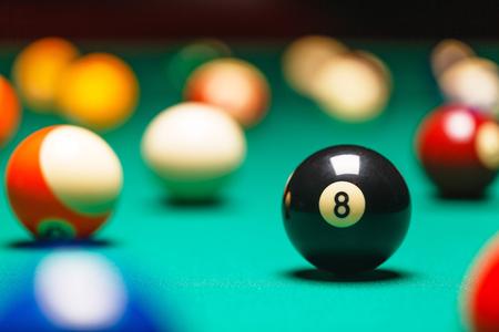 bola de billar: Las bolas de billar  Una foto del estilo de la vendimia de una bolas de billar en una mesa de billar. El ruido añadido para un efecto de película Foto de archivo