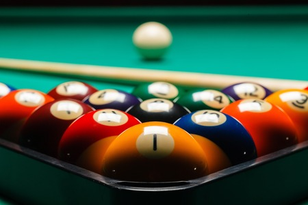 bola de billar: Bolas de billar en una mesa de billar.