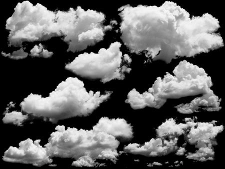 Set van geïsoleerde wolken over zwart. Ontwerpelementen