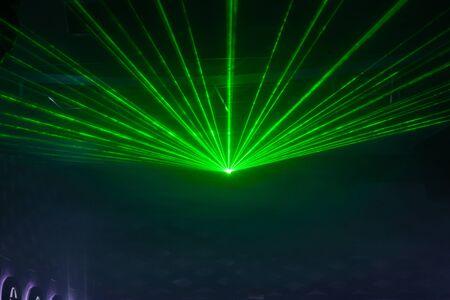 Spectacle de lumière Disco, lumières de la scène avec le laser Banque d'images - 50293744