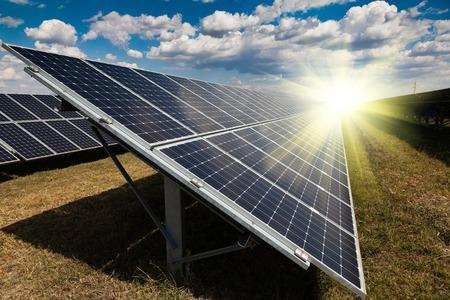 Power plant using renewable solar energy with sun Stockfoto