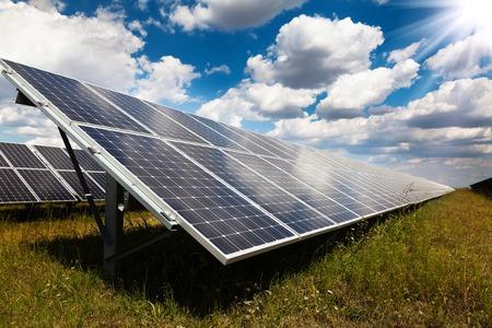 Centrale électrique utilisant l'énergie solaire renouvelable avec le soleil Banque d'images - 50295863