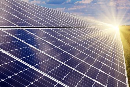 paneles solares: Planta de energ�a utilizando la energ�a solar renovable con el sol