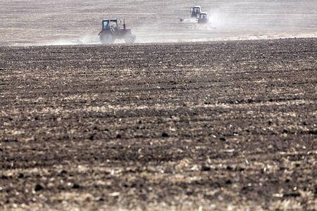 arando: Tractor arando el campo, borrosa por aire caliente