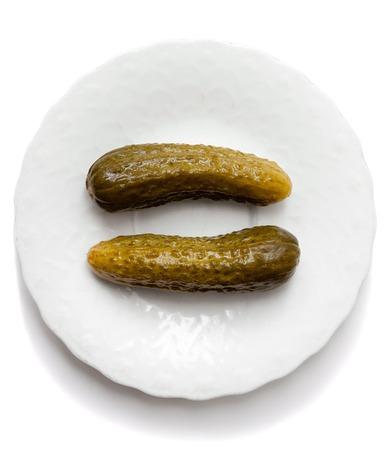 bovenaanzicht op gezouten komkommers in glazen pot geïsoleerd op een witte achtergrond