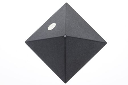 Donkerder piramide op een witte achtergrond Stockfoto