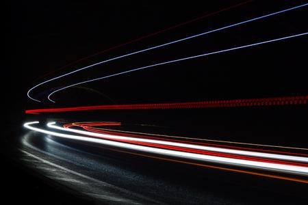 빛 tralight 터널에 산책로. 아트 이미지입니다. 터널에서 촬영 긴 노출 사진. 스톡 콘텐츠