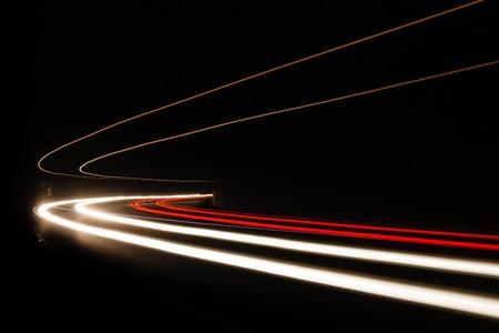 Sentiers de lumière de voiture dans le tunnel. Longue exposition photo prise dans un tunnel sous Veliko Tarnovo Banque d'images - 50338021