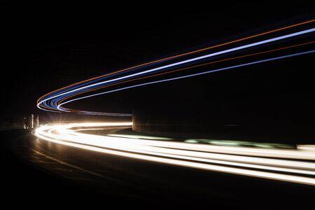 Tralight Lumière traîne dans le tunnel. image Art. Longue exposition photo prise dans un tunnel. Banque d'images - 50338027