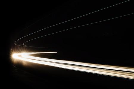 Sentiers de lumière de voiture dans le tunnel. Photo longue exposition prise dans un tunnel sous Veliko Tarnovo Banque d'images - 50338029