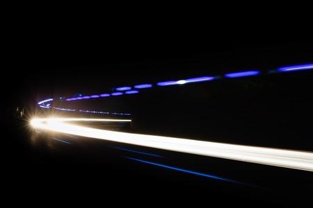 Sentiers de lumière de voiture dans le tunnel. Longue exposition photo prise dans un tunnel sous Veliko Tarnovo Banque d'images - 50338329