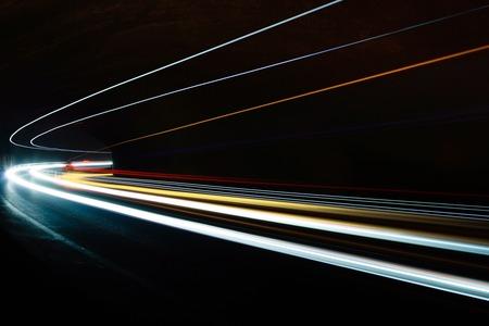 Sentiers de lumière de voiture dans le tunnel. Longue exposition photo prise dans un tunnel sous Veliko Tarnovo Banque d'images - 50338333
