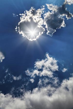 Soleil éclatant dans le ciel bleu avec des nuages Banque d'images - 50338337
