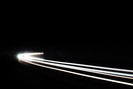 Sentiers de lumière de voiture dans le tunnel. Longue exposition photo prise dans un tunnel sous Veliko Tarnovo Banque d'images - 50338075
