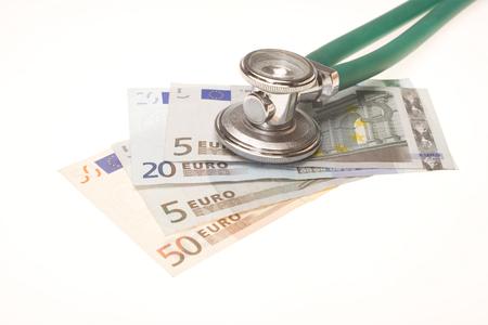 Stéthoscope sur le dessus de l'argent. Mise au point sélective sur le stéthoscope. Il pourrait décrire le coût élevé des médicaments ou des pots-de-vin en médecine. Banque d'images - 50338198