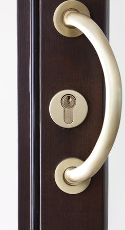 Primo piano dettagliato di una porta di legno nuovo stile
