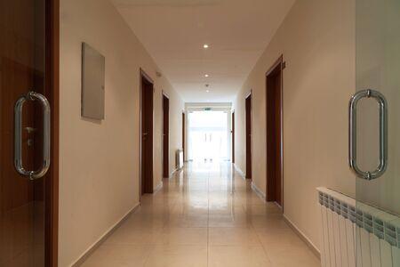 lange en mooie gang met open deur in een modern hotel, voorzijde