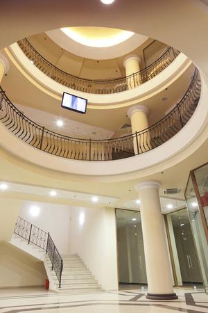 간 - 상류층 쇼핑몰의 로비