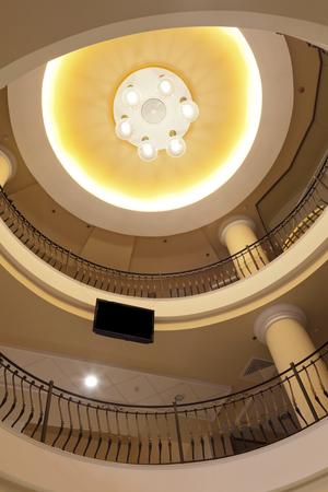interieur - intern balkon van een upper class shopping mall Stockfoto