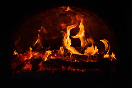 밤에 불타는 화재. 스톡 콘텐츠