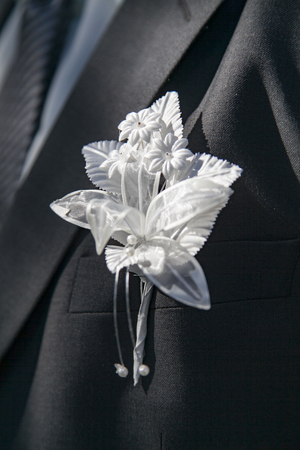 wedding boutonniere on suit of groom Standard-Bild