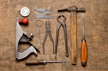 Werkzeuge alten Tischlers zum Bearbeiten von Holz Standard-Bild