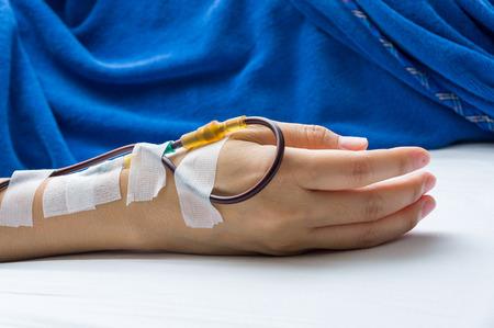 患者の腕は、病院で輸血を表示します。白背景で撮影します。