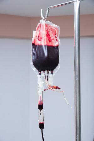病院の白い壁バック グラウンドで輸血血液点滴を表示します。