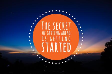 Inspirational citaat door onbekende bron op zonsondergang, zonsopgang blauwe hemel en lichtstraal achtergrond Stockfoto