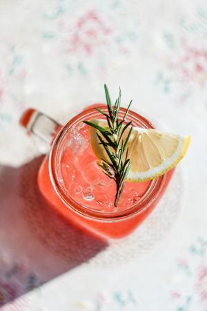 熱帯日光いちごソーダ飲料は、素敵な雰囲気の木製のテーブルとプレートを表示します。