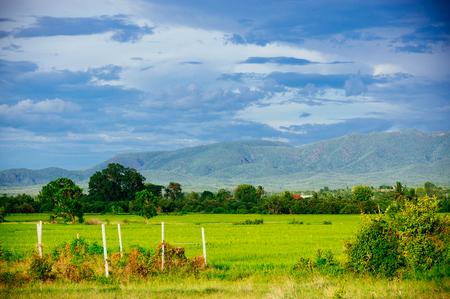 タイ ヴィンテージ カラーグレーディング スタイルで山の尾根は、田んぼと農村地域の素晴らしいシーンを表示します。 写真素材