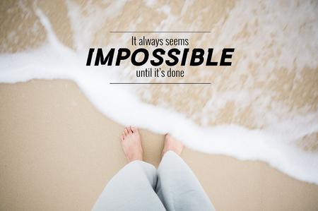 男の足で心に強く訴える引用はその海の水のしぶき足を砂の上ステップします。感動的な瞬間を示してください。