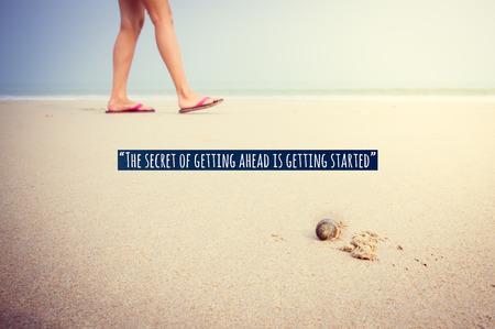 前方ショー感情的な瞬間を歩くヤドカリ裏側の砂の上を歩いて女の子の足にインスピレーションを引用。