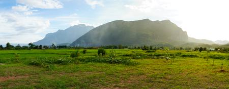タイの田舎でオールディーズ カラーグレーディング nostagic のような感じで雲と山の尾根のヴィンテージ シーン