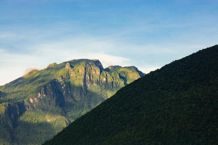 オールディーズ カラーグレーディング nostagic のような感じの雲と山の尾根のヴィンテージ シーン 写真素材