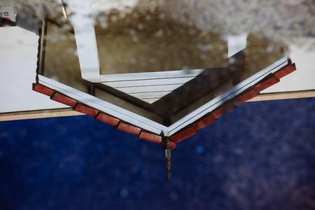 家三角屋根の反射は北タイ様式の家ショー コンセプチュアル アートです。