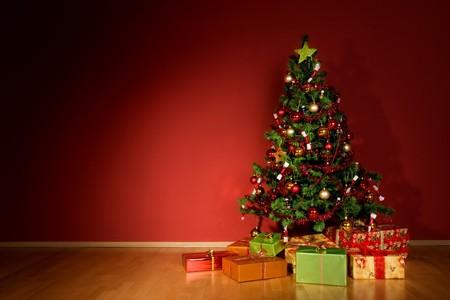 sotto l albero: Un albero di Natale con una stella e si presenta sotto albero