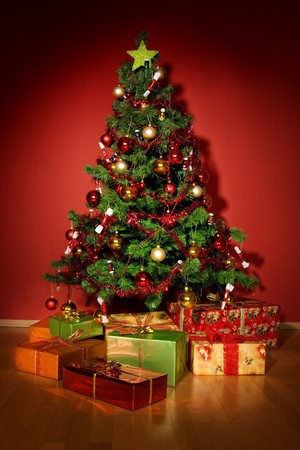 sotto l albero: Un albero di Natale con una stella e si presenta sotto l'albero Archivio Fotografico
