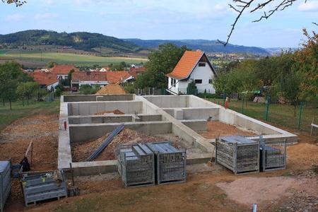 新しい大きな家のためのコンクリート基礎 写真素材