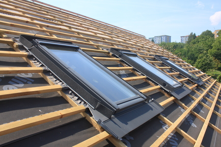 Nouveaux revêtements de toit, mais sans les puits de lumière - les fenêtres de toit Banque d'images - 34892832
